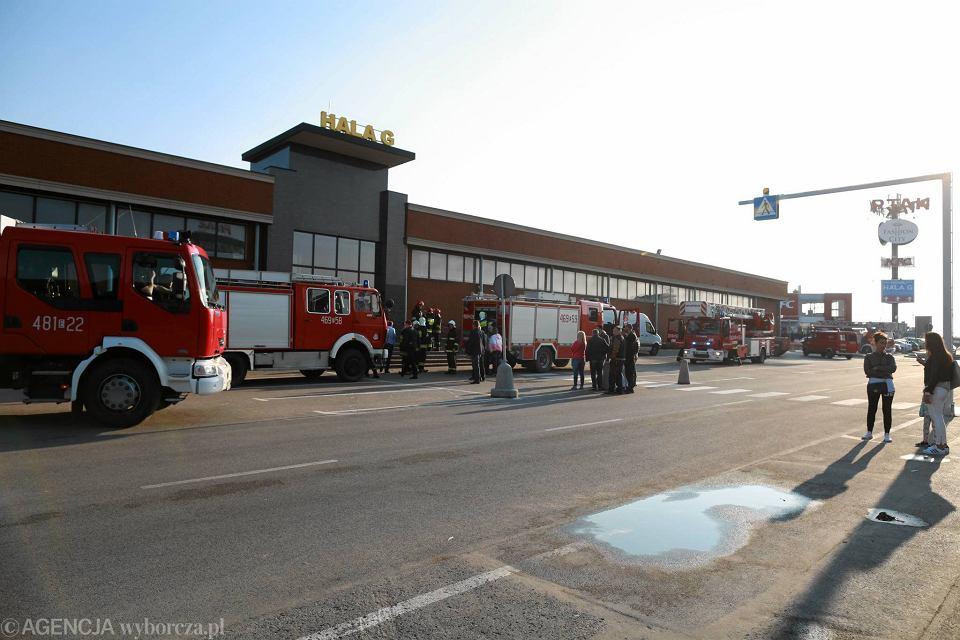 6b7f3f4372e46 Zdjęcie numer 11 w galerii - Pożar w CH Ptak. 20 zastępów straży pożarnej w