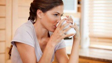Badania wykazały, że osoby, które piły co najmniej trzy filiżanki kawy dziennie, miały mniej więcej 30 proc. mniejsze ryzyko rozwoju parkinsona
