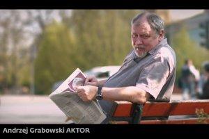 Bronis�aw Komorowski pokaza� nowe spoty. Kto na niego zag�osuje? Aktorzy, sportowcy, by�y powstaniec i... zakochana para