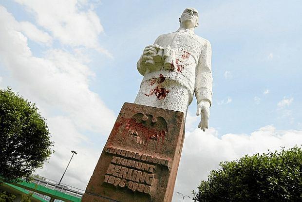 Maj 2011, Warszawa. Oblany czerwoną farbą pomnik gen. Zygmunta Berlinga