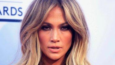 Seksowna kreacja Jennifer Lopez. Dzi�ki tej sukience stwarza pozory, �e nie jest naga