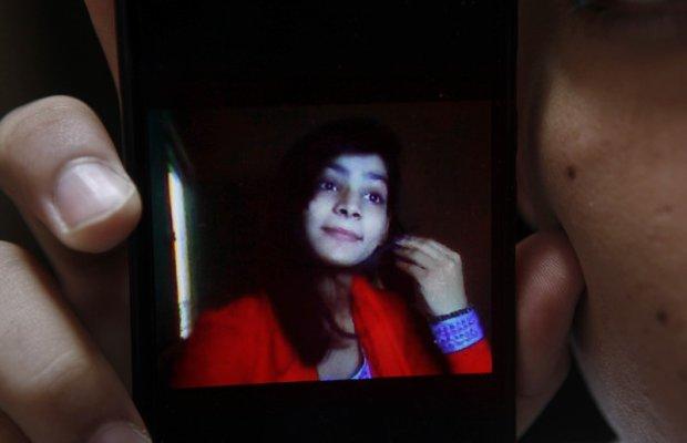 Matka i brat próbowali ją udusić, potem oblali benzyną i podpalili. Wstrząsający raport po śmierci pakistańskiej nastolatki