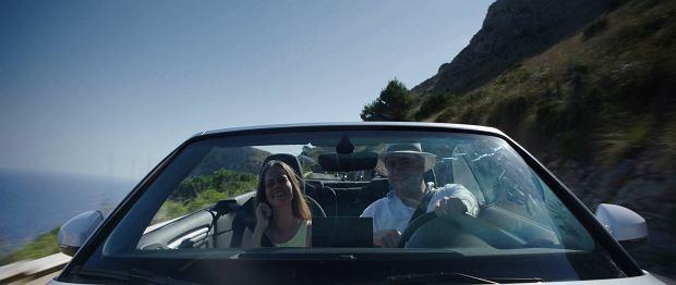 Amanda i Casper na wakacjach. Kadr z filmu 'Obcy w sieci'