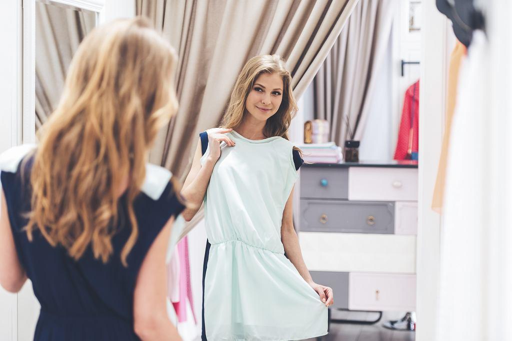 Radość warto czerpać nawet z tak prozaicznych czynności jak włożenie ulubionego ubrania (fot. g-stockstudio / iStockphoto.com)