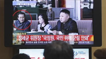 Mieszkańcy Korei Północnej oglądają wiadomość o aresztowaniu Dzang Song Teka