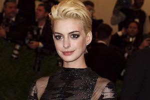 Anne Hathaway na gali MET wzbudzi�a sensacj�. A jak wygl�da�a na after party? Ods�oni�a...