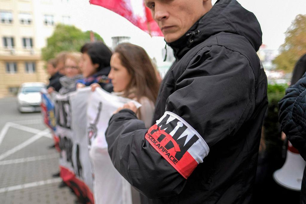 Pikieta Stop CETA zorganizowana przez Młodzież Wszechpolską w Rzeszowie, październik 2016 r. (fot. Patryk Ogorzalek / Agencja Gazeta)