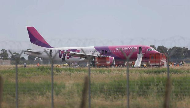 Samolot musia� l�dowa� awaryjnie po tym, jak nie wysun�o si� podwozie