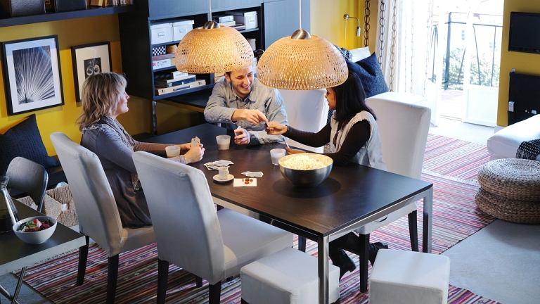 Dobrze oświetlony stół to kluczowy element w kuchni i jadalni