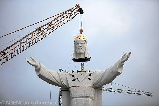 Montaż pomnika Chrystusa Króla w Świebodzinie