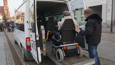 Obecnie każda osoba z niepełnosprawnością może odliczyć od podatku koszty przejazdu samochodem w dowolne miejsce. Do tej pory prawo to ograniczone było do przejazdów na rehabilitację osób z I lub II grupą inwalidztwa.