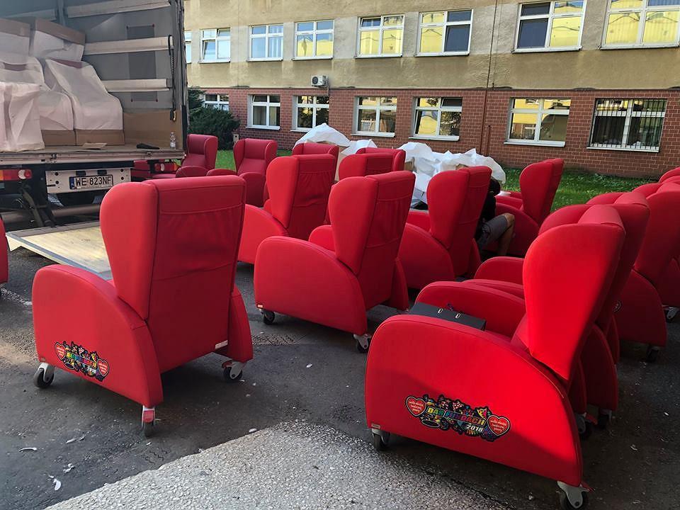 Wygoda zamiast koczowania. WOŚP przekazała szpitalowi w Opolu specjalne fotele dla rodziców