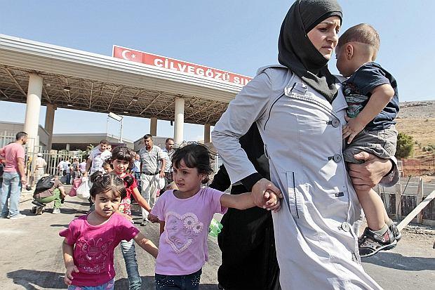 Uchodźcy przekraczają granicę z Turcją