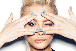 Neonowe i pastelowe paznokcie na wiosnę: nowe kolekcje lakierów