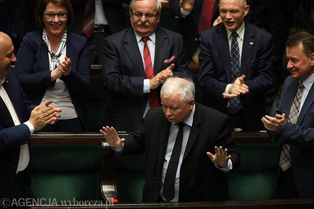 Zdjęcie numer 1 w galerii - Kaczyński wygraża na nagłej konferencji. I powtarza nieścisłości obalone przez sędziów