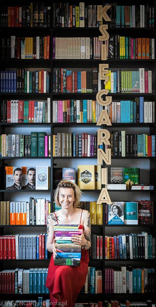 Warszawa , ul. Dąbrowskiego 81 / 55 . Współzałożycielka 'Big Book Cafe' Anna Król  / DAWID ŻUCHOWICZ