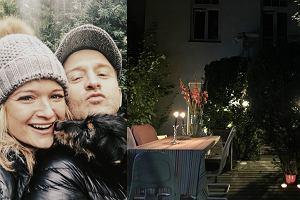 Borys Szyc wraz z partnerką Justyną Jeger-Nagłowską mieszkają w jednej z najbardziej luksusowych dzielnic Warszawy, Saskiej Kępie. To właśnie tam para uwiła sobie romantyczne gniazdko. Kominek, jasne kolory i mnóstwo światła tworzą naprawdę klimatyczne wnętrze. Nam najbardziej jednak spodobał się imponujący ogród. Zajrzyjcie do galerii i przekonajcie się sami!