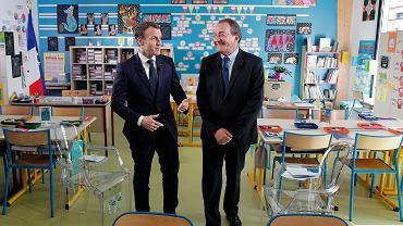 12 kwietnia 2018. Prezydent Emmanuel Macron rozmawia z dziennikarzem Jean-Pierre Pernauerem po udzieleniu mu wywiadu w klasie szkoły w Berd'huis,