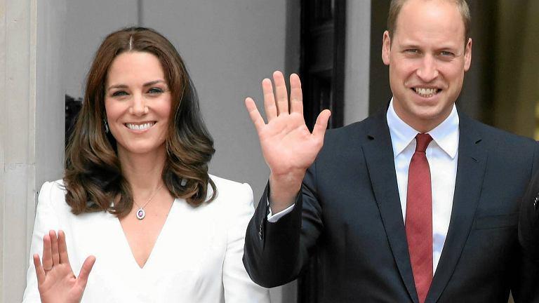 Księżna Kate i Książę William podczas lipcowej wizyty w Polsce. Niespełna dwa miesiące później dowiedzieliśmy się, że książęca para spodziewa się trzeciego potomka, a księżna po raz kolejny zmaga się z dolegliwością, która towarzyszyła jej i w poprzednich ciążach. Niepowściągliwe wymioty ciężarnych to coś, czego lekceważyć nie wolno.