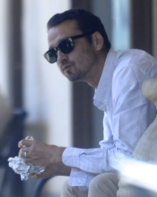 ??NATIONAL PHOTO GROUP   Rupert Sanders eats a sandwich and picks up groceries in Malibu after meeting with Liberty Ross at an office building in West Hollywood. He is still wearing his wedding band.   Job: 080712C2  EXCLUSIVE August 7th, 2012 Malibu, CA  NPG.com