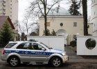 Policyjne radiowozy przed meczetami i synagogami