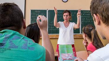 Nauczycielka Zsuzsanna Simon-Arpa podczas lekcji węgierskiego w szkole w Użhorodzie