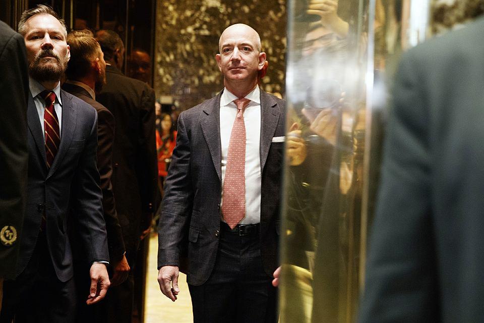 Wszechmocny Jeff. W 2012 r. Amazon dostarczył sztabowi Obamy technologię przetwarzania w chmurze. Bezos napisał, że to pomogło oszczędzić miliony na kampanię