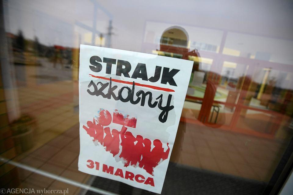 W Rzeszowie Strajkują Nauczyciele Gimnazjów I Szkół