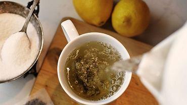 Szklanka wody z cytryną z rana pobudza najlepiej