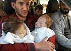 """Wstrząsające zdjęcia po ataku chemicznym w Syrii. Ojciec tuli martwe bliźniaki. """"Pożegnajcie się"""""""