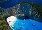 """Grecja Zakynthos. 1) Zakynthos pogoda: w lecie, szczeg�lnie w sierpniu, deszcze s� bardzo rzadkie, natomiast do�� cz�sto wiej� p�nocne wiatry nazywane """"Meltemia"""". Na wyspie najcieplej jest w lipcu (31�C) i sierpniu (32�C). W maju temperatura wynosi 24�C, w czerwcu i wrze�niu - 28�C. 2) Zakynthos woda: w maju temperatura wody wynosi zaledwie 19�C, ale za to jesieni� - w pa�dzierniku, nadal mo�na cieszy� si� ciep�ym morzem (24�C). Woda u wybrze�y Zakynthos najcieplejsza jest w sierpniu i wrze�niu - 25 �C. 3) 3. Zakhyntos pla�e: Zakynthos s�ynie z pi�knych, w wi�kszo�ci piaszczystych pla�, obmywanych przez szmaragdowe wody Morza Jo�skiego. Niekt�re z nich s� otoczone stromymi klifami, z kt�rych rozci�ga si� przepi�kny widok na zatok�. S� idealne do odpoczynku, nurkowania oraz uprawiania sport�w wodnych. Najpopularniejsz� i uznawan� za najpi�kniejsz� na �wiecie pla�� na wyspie jest Navagio Beach, znana jako Zatoka Wraku. Inn� bardzo atrakcyjn� - pla�a Gerakas, na kt�rej jaja sk�adaj� ��wie Caretta-Caretta. 4) Zakynthos atrakcje: b��kitne groty Skinari - jedna z najwa�niejszych naturalnych atrakcji wyspy, kt�r� obejrze� mo�na tylko z pok�adu �odzi; Monastyr Panagia Anafonitria - s�ynie z tego, �e mieszka� tu patron wyspy ? �wi�ty Dionizos. Zobaczy� tu mo�na zdobion� freskami, trzynawow� bazylik� pochodz�c� z XV wieku; Zakinthos - stolica wyspy z zabytkow� Bazylik� Agios Dionisos, Muzeum Bizantyjskim i zbudowanym w czasach weneckich Ko�cio�em Agios Nikolaos tou Molou z relikwiami �w. Dionizosa. Ponad miastem wznosi si� majestatyczna wenecka forteca Kastro, z kt�rej rozci�gaj� si� niesamowite widoki. 5) Zakynthos jedzenie: kuchnia grecka w najlepszym wydaniu. Serwowane tu mi�sa, ryby, oliwa i sery pochodz� z lokalnych �r�de�. W�r�d potraw, kt�rych trzeba spr�bowa�, jest moussaka, kleftiko, suflaki i gyros."""