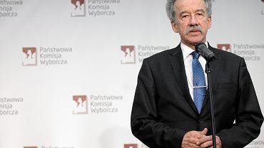 Przewodniczący PKW sędzia Wojciech Hermeliński podczas konferencji prasowej w siedzibie komisji. Warszawa, 26 października 2015