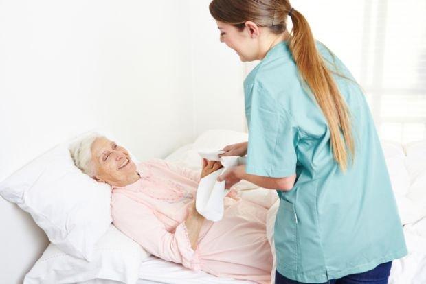 Przewlekle chory w domu - jaka pomoc przys�uguje w ramach pa�stwowego ubezpieczenia zdrowotnego