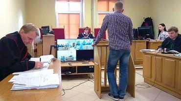 Sędzia Arleta Wawrzynkiewicz zdecydowała, że od wtorku każda kolejna rozprawa będzie rejestrowana przez trzy kamery służące do wideokonferencji. 'Żeby zachować dyscyplinę w sali' - usłyszałem podczas rozprawy. Zarchiwizowane nagrania zostaną dołączone do akt sprawy.