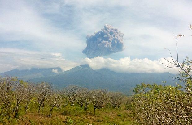 Erupcja wulkanu w Indonezji. Służby szukają prawie 400 turystów