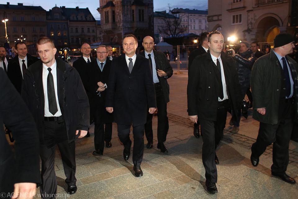 Prezydent Andrzej Duda w drodze na spotkanie z amerykańskimi senatorami w restauracji Wentzl w Krakowie