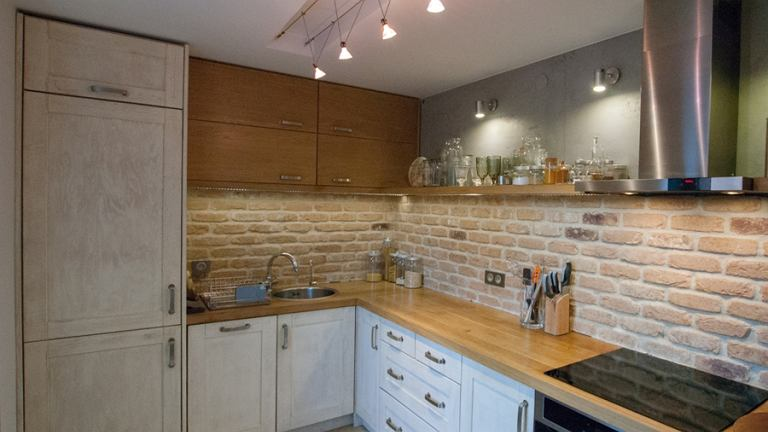 Kuchnia jest bardzo funkcjonalna. Jest dużo miejsca na przechowywanie.