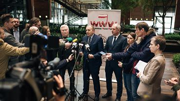 22 lutego przewodniczący Platformy Obywatelskiej Grzegorz Schetyna wraz z Lechem Wałęsą poinformowali w ECS-ie, że decyzji Adamowicza o kandydowaniu nie popierają i ogłosili początek partyjnej akcji Platformy związanej z kontrolą przebiegu wyborów samorządowych.