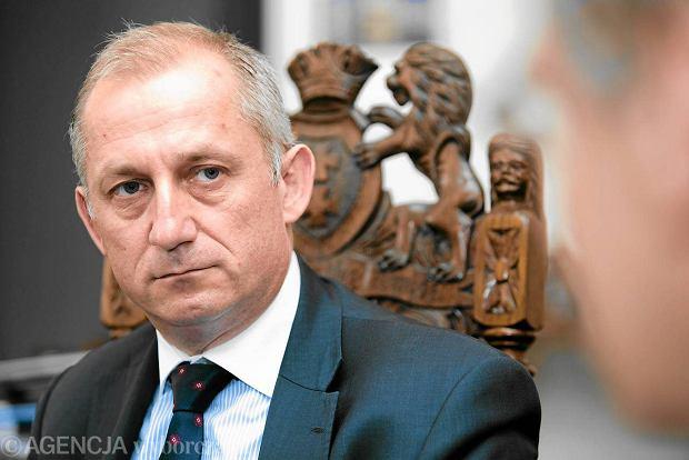 Wiceminister Neumann i 41 SMS-ów z prezesem prywatnej kliniki okulistycznej