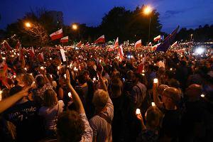 """""""Wolne sądy, chcemy weta"""". Demonstracja ze świecami pod krakowskim sądem"""