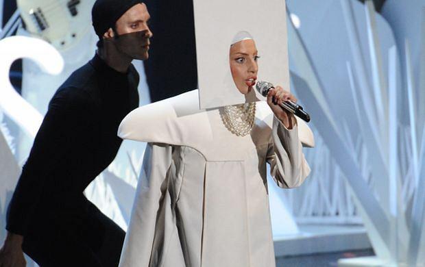 Lady Gaga rozpoczęła występ w tym grzecznym stroju i powoli się go pozbywała. Aż skończyła w...