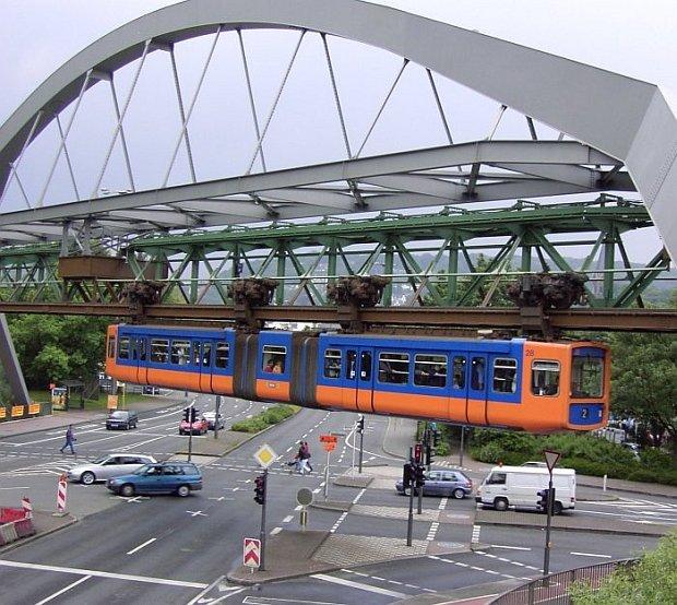 Szariatowa policja szarpie ludzi na ulicach niemieckiego Wuppertalu