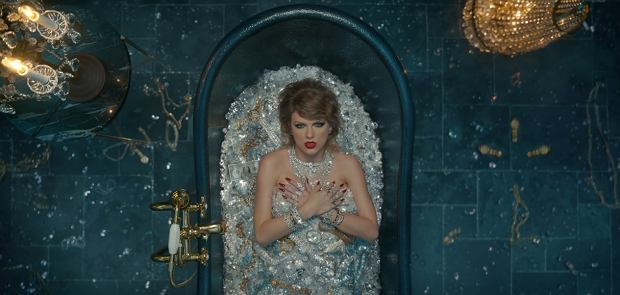 """Niedawno opublikowany teledysk do piosenki """"Look What You Made Me Do"""" Taylor Swift wzbudził nie lada zamieszanie. Kojarzona z muzyką country piosenkarka już nie przypomina siebie sprzed kilku lat. Jak sama powiedziała, dawna Taylor umarła, a ta współczesna pozwala sobie na luksusowe kąpiele o wartości dziesięciu milionów dolarów."""