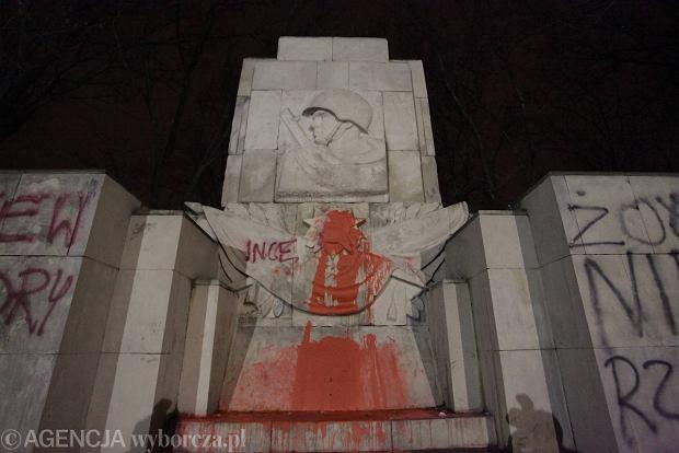 Pomnik �o�nierzy radzieckich po raz kolejny oblany farb�