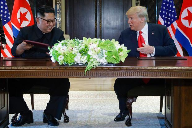 Kim Dzong Un i Donald Trump podpisują dokumenty w Singapurze