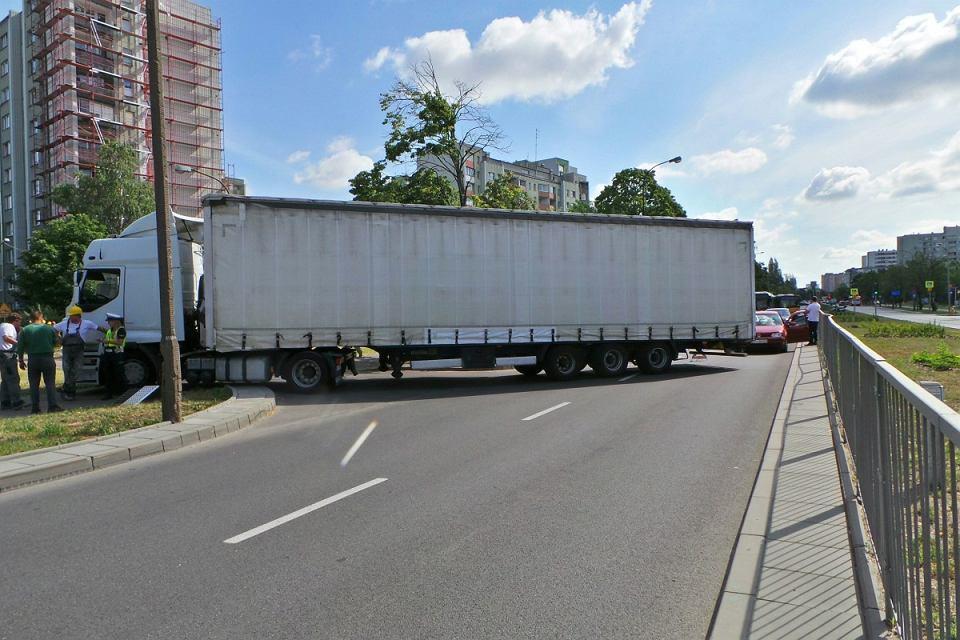 Zepsuta ciężarówka przy Człuchowskiej