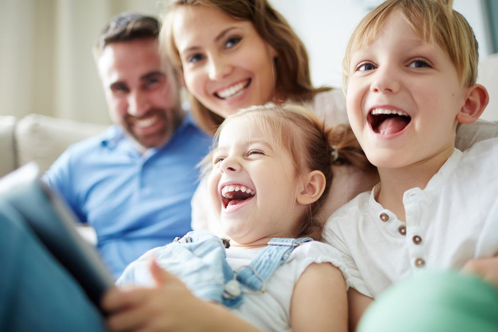 Szczęśliwe dzieciństwo jest bardzo ważne w kształtowaniu się pozytywnego podejścia do świata i ludzi (fot. shironosov / iStockphoto.com)