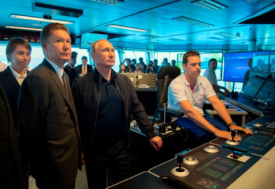 Prezydent Władimir Putin i dyrektor generalny Gazpromu Aleksiej Miller, drugi z lewej, na pokładzie statku potoku Pionierskiego Ducha na Morzu Czarnym w pobliżu Anapa. Prezydent skontrolował prace nad projektem gazociągu Turkish Stream, 2017.
