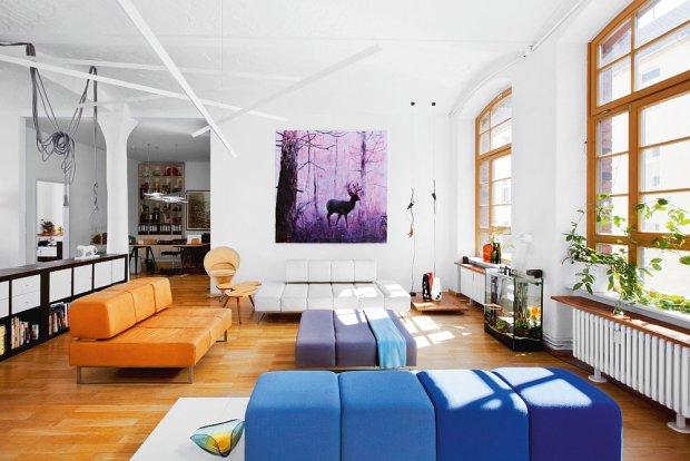 'Migrant 1' - dzieło berlińskiego artysty Saschy Kürschnera z 2010 r., olej i asfalt na płótnie. Współczesna wariacja na temat drobnomieszczańskiego motywu. W zależności od natężenia światła obraz efektownie zmienia barwy.