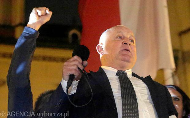 Piotr Rybak za kratami. Policja wyprowadziła go z domu w kajdankach